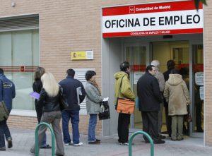 ESPAÑA-DESEMPLEO-INEM:MD04. MADRID, 03/12/08.- Un grupo de personas hacen hoy cola en la entrada de una oficina de empleo de la Comunidad de Madrid. El paro llegó en noviembre a 2.989.269 personas, creciendo a una media de 5.708 al día, por lo que hoy se superan los 3 millones de desempleados. EFE/Victor Lerena
